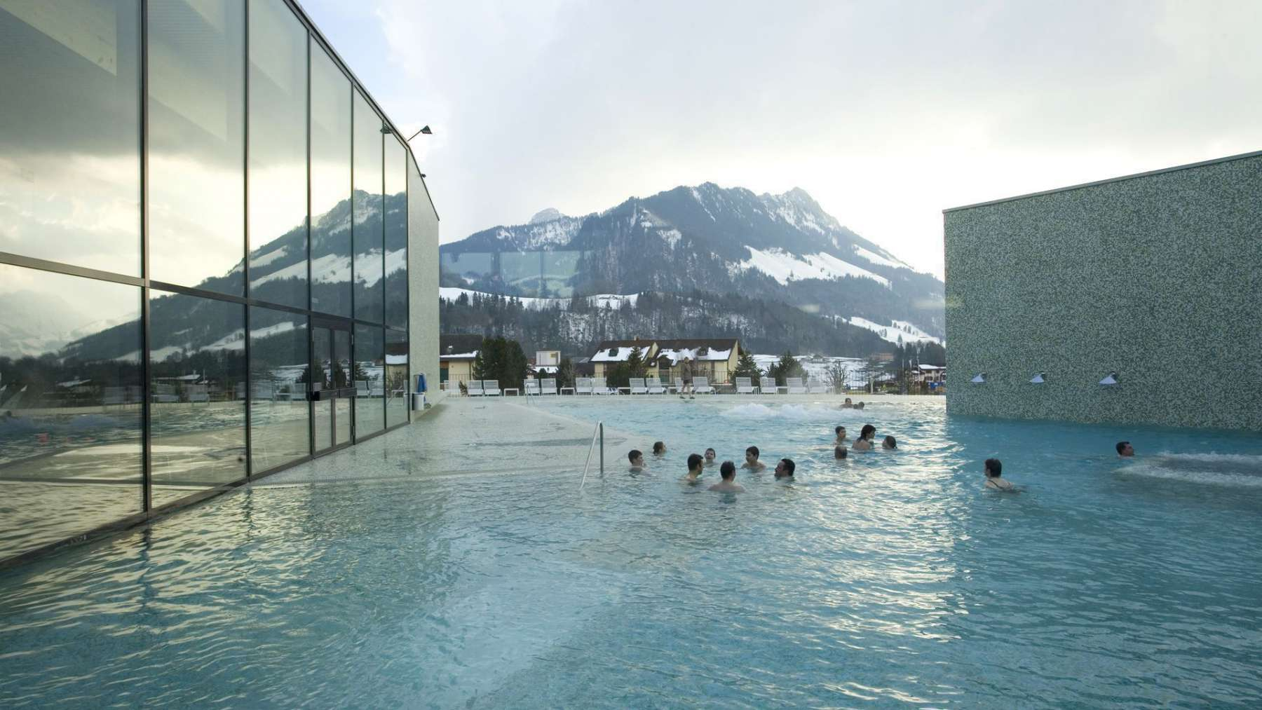 Discover switzerland 39 s 9 most scenic outdoor thermal pools for Spa les bains de lea