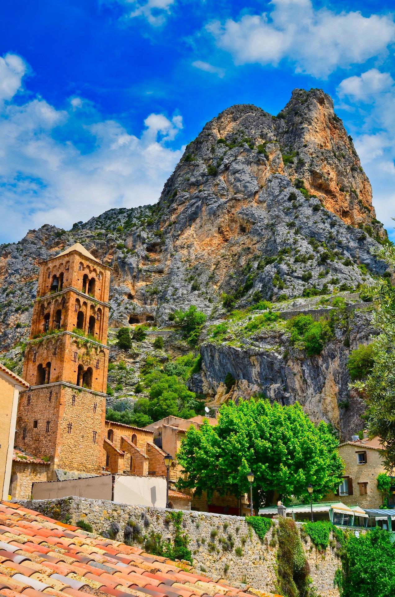 Europe, Fall, Autumn, Romantic, Travel, Experience, Local, LocalBini, BiniBlog, travel tips, forest, yellow, couple, Mourstiers Sainte-Marie, Alpes-de-Haute-Provence, France